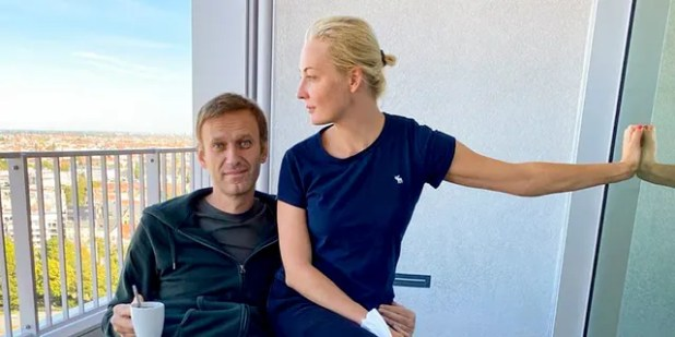 In this photo, posted on his Instagram account by Russian opposition leader Alexei Navalny on September 21, Russian opposition leader Alexei Navalny and his wife Yulia pose for a photo at a hospital in Berlin.  A German hospital treating Russian opposition leader Alexei Navalny with poison has said he was released from the facility to improve his condition.  After 32 days of care, Navalny's condition worsened, Berlin's Charity Hospital said on Wednesday, September 23, 2020.