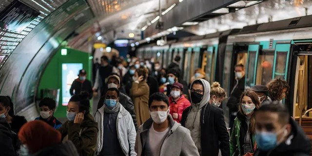 Commuters wearing face masks walk on the platform of a Paris metro, Sunday, October 25, 2020 (AP Photo / Lewis Joly)