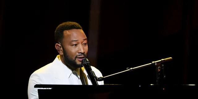 Dans cette image publiée le 14 octobre, John Legend se produit sur scène aux Billboard Music Awards 2020, diffusés le 14 octobre 2020 au Dolby Theatre de Los Angeles, CA.  (Photo par Kevin Winter / BBMA2020 / Getty Images pour dcp)