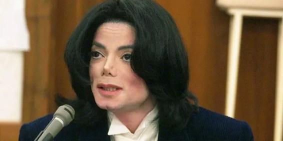 Un juez desestimó el martes la demanda de uno de los dos hombres que alegaron que Michael Jackson abusó de ellos de niños.