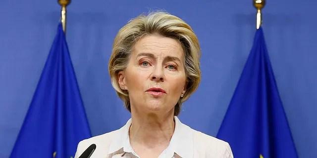 La présidente de la Commission européenne, Ursula von der Leyen, et d'autres dirigeants de l'UE ont appelé vendredi les États-Unis à commencer à stimuler leurs exportations de vaccins pour contenir la crise mondiale du COVID-19.  (Julien Warnand)