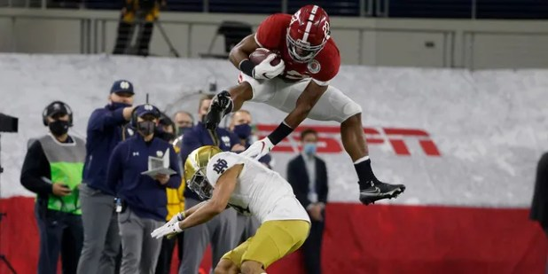 Nazis Harris, 22, of Alabama, followed Nick McCloud (h) of Not Dame Cornwack on January 1, 2121, in the first half of the Rose Bowl NCAA college league football game in Arlington, Texas.  (AP Photo / Michael Einsworth)