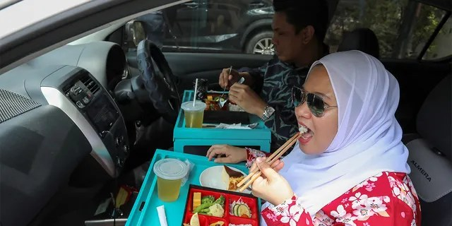 During a lockdown due to a coronavirus in Cyberjaya, Malaysia, customers dined in their car outside the Pedi House restaurant.  (Report / Lim Heuve Teng)