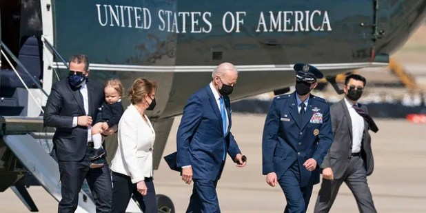 The president of the center, J. B. Biden, left with his son Hunter Biden to board the Air Force One board from Hun Rin One, and on Friday, March 26, 2021, took his son Bauen to Andrews Air Force Base, Mo.  Biden was leaving.  Delaware.  (AP Photo / Alex Brandon)