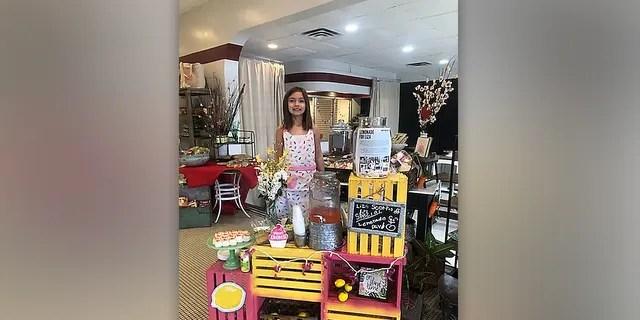 Liza Scott and her homemade lemonade stand at Savage's Bakery in Homewood, Alabama. (Elizabeth Scott)