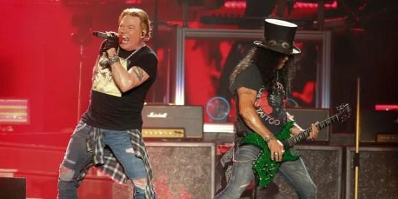 Axl Rose do Guns N 'Roses (à esquerda) e Slash se apresentam no primeiro fim de semana do Austin City Limits Music Festival em 4 de outubro de 2019, em Austin, Texas.  A banda de hard rock marcou duas datas no cassino Hard Rock em Atlantic City, NJ, nos dias 11 e 12 de setembro.