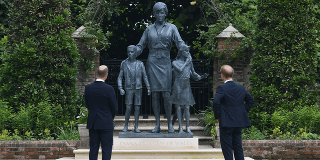 Britain's Prince William, Duke of Cambridge (L) and Britain's Prince Harry, Duke of Sussex unveil a statue of their mother, Princess Diana at The Sunken Garden in Kensington Palace, London on July 1, 2021, which would have been her 60th birthday. - Princes William and Harry set aside their differences on Thursday to unveil a new statue of their mother, Princess Diana, on what would have been her 60th birthday.