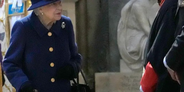 The Queen used a walking cane during the appearance.