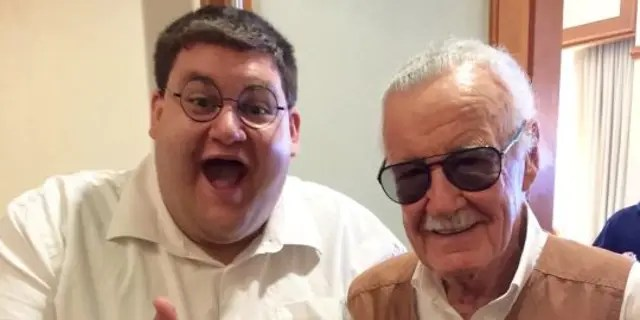 Robert Franzese was able to meet comic book legend Stan Lee while he donned his Peter Griffin cosplay, which includes green slacks, a white button-down shirt, black belt and round glasses.