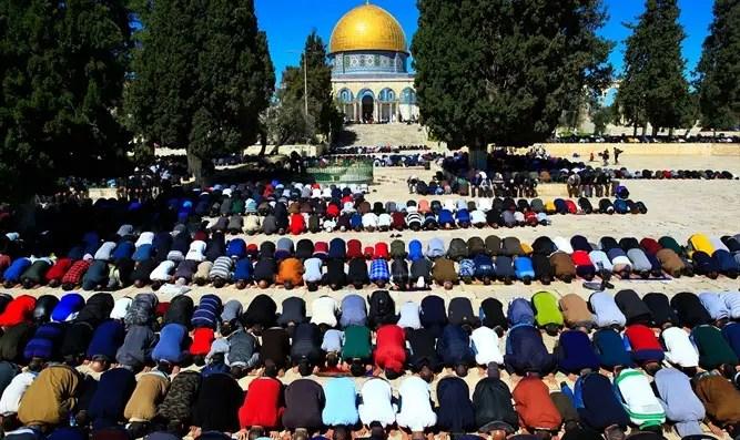A pesar de la corona, miles rezaron en el Canal 7 de Al-Aqsa