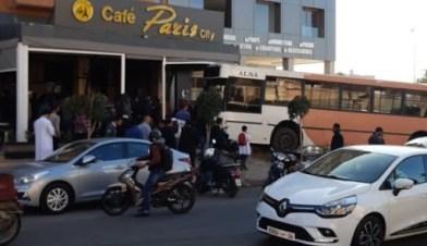 طوبيس يقتحم مقهى