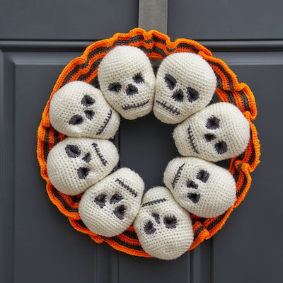 Red Heart Circle of Skulls Wreath free halloween crochet patterns