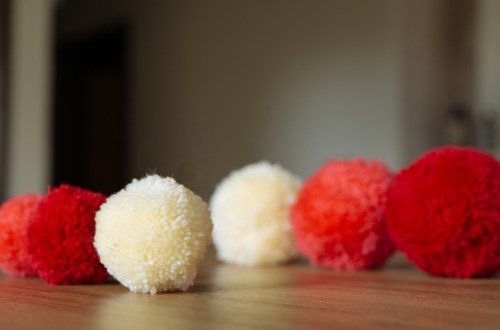 how to make Yarn pom poms