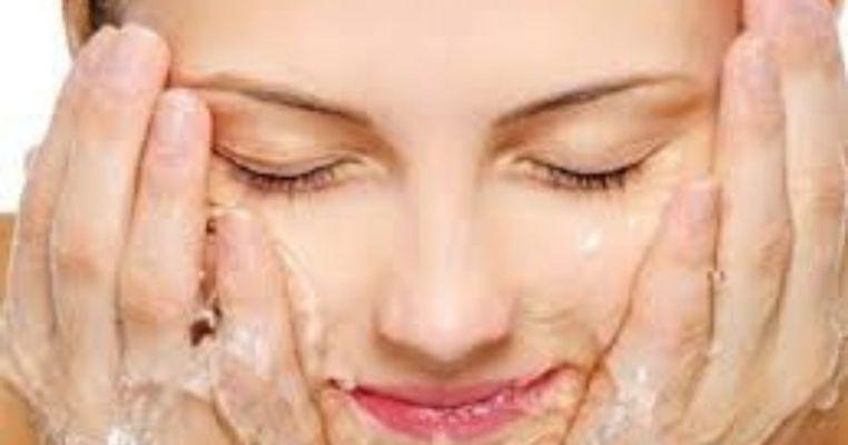 ठंडे पानी से चेहरा धोने से आ सकता है त्वचा पर निखार, जानें कैसे
