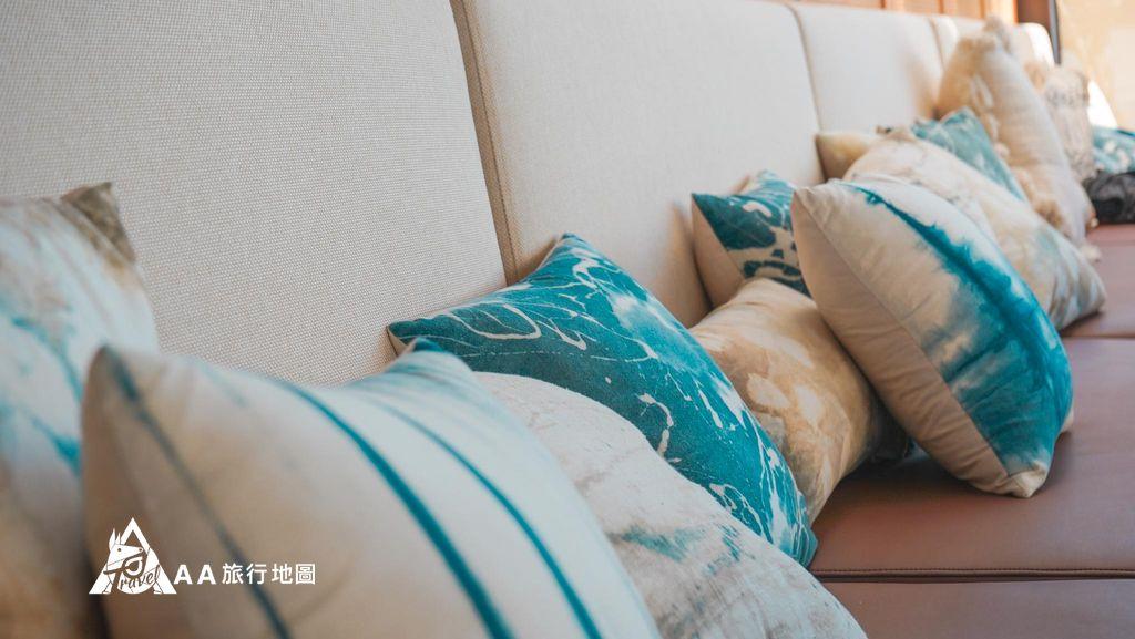 水灣餐廳榕堤沙發區都是滿滿的抱枕,坐起來很舒服