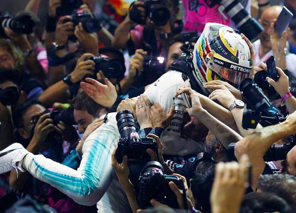 Hamilton Juara F1 Singapura 2017, Disusul Ricciardo dan Bottas, Duo Ferrari Crash