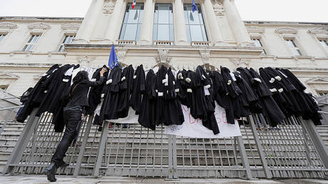 Striking lawyers' robes on a courthouse fence in Nice © Reuters / Eric Gaillard