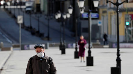 A man wearing a protective face mask walks along the street, as the spread of the coronavirus disease (COVID-19) continues, in Moscow, Russia April 10, 2020. © REUTERS/Shamil Zhumatov