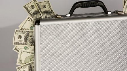 دسیوں کھرب ڈالر کا غیر قانونی سرمایہ آف شور بینکوں میں منتقل کیا جا رہا: رشیا ٹوڈے کے پروگرام قیصر رپورٹ میں انکشاف