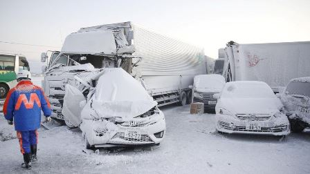 جاپان: شدید برف باری کے باعث 130 گاڑیوں کی ٹکر، 1 شخص ہلاک 10 زخمی – ویڈیو