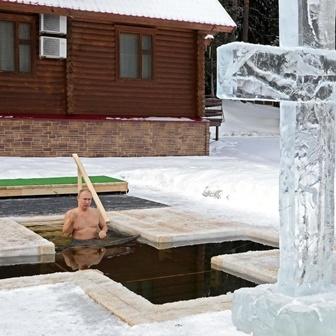 روسی صدر ولادیمیر پوتن کی ایفی فینی تہوار مناتے ہوئے برفیلے پانی میں ڈبکیاں