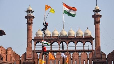 ہندوستان میں کسان احتجاج شدت اختیار کر گیا: مشتعل مظاہرین لال قلعے پر چڑھ دوڑے، خالصتان کا جھنڈا قومی عمارت پر لہرا دیا