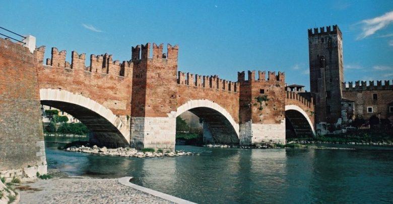 المعالم التاريخية في مدينة فيرونا هو جسر كاستلفيكيو