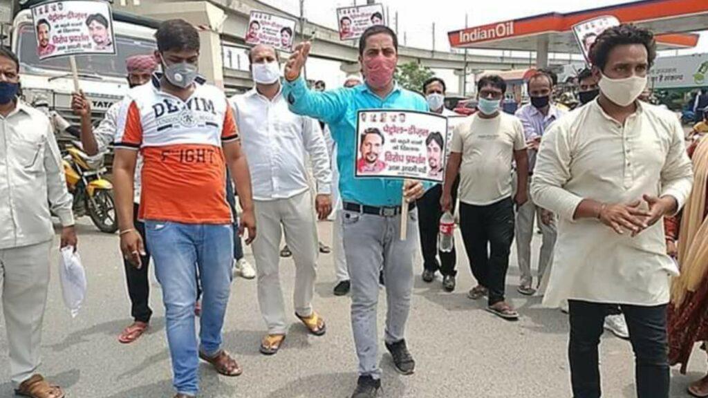 AAP का बढ़ते पेट्रोल और डीजल के बढ़ते दामों को लेकर केंद्र सरकार के खिलाफ धरना प्रदर्शन ।
