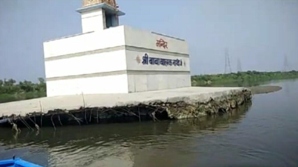 दिल्ली यमुना में उल्टा तैर कर पूजा करने जाते हैं एक पुजारी।