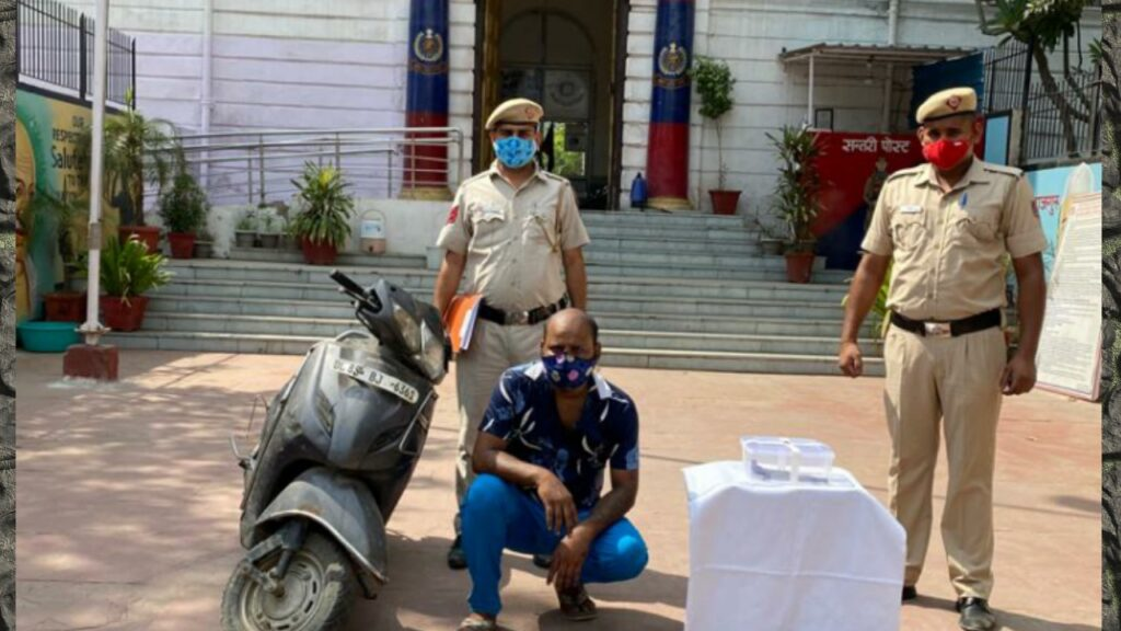 सदर बाजार पुलिस ने विपिन नाम के सैनेचर को गिरफ्तार किया जिसके पास से कंट्री मेड पिस्तौल व 2 जिंदा कारतूस बरामद।