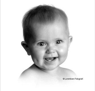 Smilende baby hos fotograf