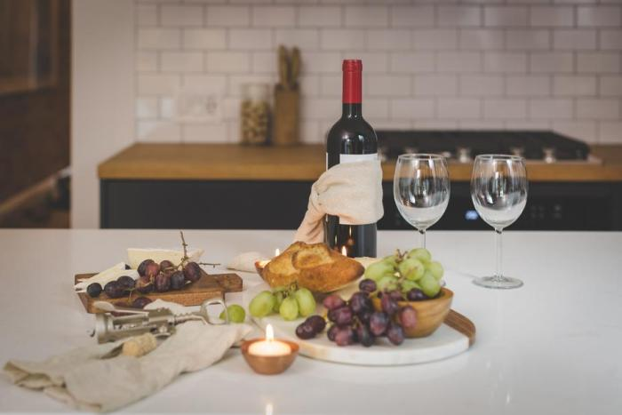 red-wine-and-appetizers_925x.jpg