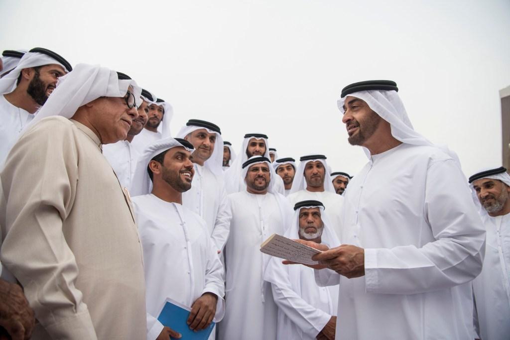 بالصور : محمد بن زايد يستقبل اللجنة المنظمة وأبطال سباق دلما للمحامل الشراعية ويهنئهم على إقامة هذا السباق التراثي ونجاح التنظيم