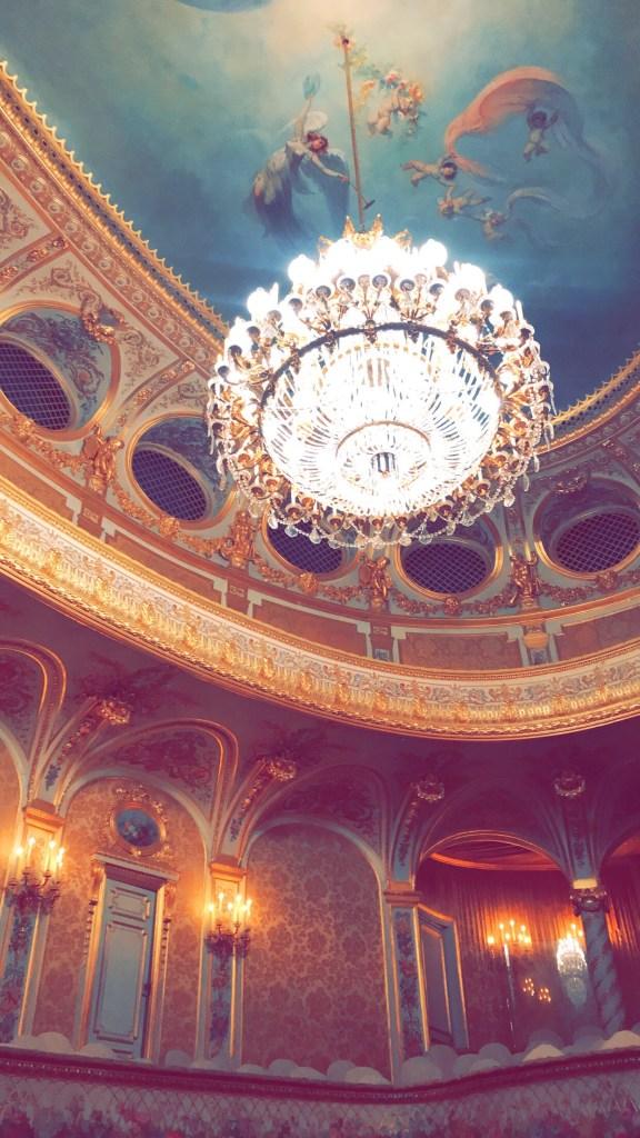 مسرح الشيخ خليفة بن زايد آل نهيان في قصر فونتانبلو.
