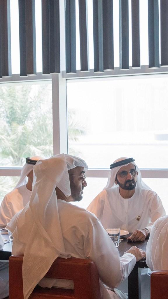 بالصور : محمد بن راشد ومحمد بن زايد يتبادلان الحديث حول عدد من القضايا التي تهم الوطن والمواطنين خلال لقائهما في أبوظبي