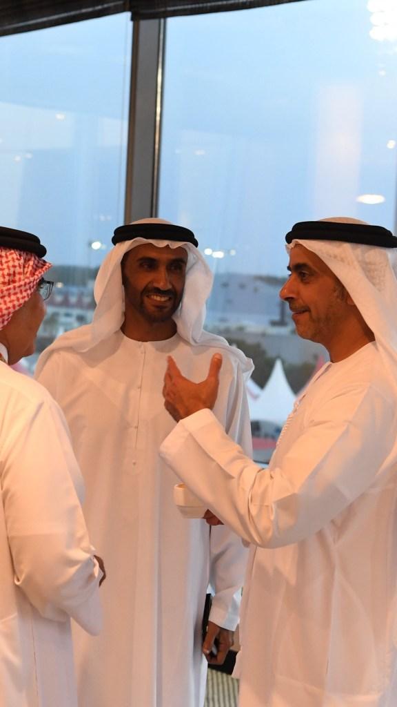 بالصور : بحضور #نهيان_بن_زايد و #سيف_بن_زايد و #حامد_بن_زايد و #عمر_بن_زايد .. ولي عهد #البحرين يتوج الفائز بلقب سباق #الفورمولا1 في #المنامة.