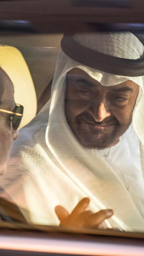 بالصور : محمد بن زايد خلال استقباله الرئيس المصري لدى وصوله مطار الرئاسة