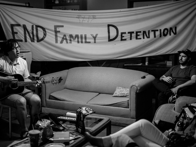 Julian Saporiti playing a concert to fight family detention.