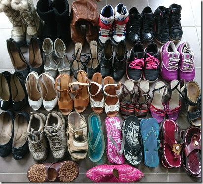 Chaussures étalées au sol à trier_Ababricabrac