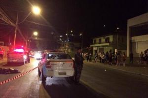 Dezenas de curiosos se aglomeraram na calçada para acompanhar o trabalho da polícia Foto: Cristiane Barcelos / Agência RBS