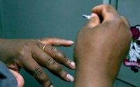 Não deu tempo de fazer a unha? Não tem problema, pode passar esmalte ali no alojamento mesmo. Foto: Aretha Martins Fonte: Delas - iG @ http://delas.ig.com.br/comportamento/2016-12-01/mulher-batalhao-choque.html
