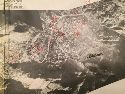 Fotografía aérea de Bilbao con señalamiento, en diciembre de 1936, de las zonas bombardeadas. Colección de fotografías en el archivo de José María Arriola (Bilbao).