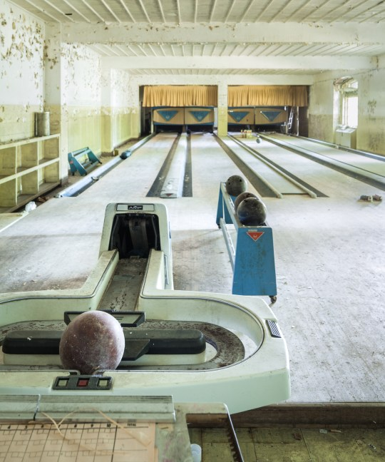 This abandoned bowling alley in Japan : AbandonedPorn