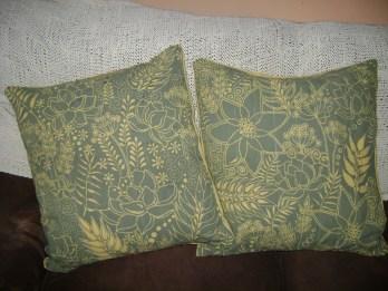 #handmadepillows #batikart #original Batik se hace reservando o cubriendo cada color teñido con cera de abeja. Utilizando como herramienta Tjanthing de varios calibres, para lograr texturas, colores y diseños originales.
