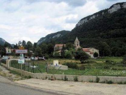 Léoncel Village Commune de 60 habitants, 4301 ha, à 912 m d'altitude, Léoncel jouit d'une situation géographique privilégiée : Leoncel Village Elle est un carrefour de routes entre les cols de : °/ Limouches qui la relie avec la vallée du Rhône et Valence (40 km) °/ Tourniol avec la vallée de l'Isère et Romans (30 km) °/ Bacchus avec la vallée de la Drôme et Crest (35 km) °/ La Bataille avec le Vercors et Vassieux (40 km)E Et la vallée de la Lyonne et le Royans (18 km) *** Le col de la Bataille à 1313m d'altitude est un des rares points de passage, avec le col de Rousset permettant d'accéder au Sud du Vercors. Il relie Chabeuil et le petit village de Léoncel à l'ouest à Vassieux-en-Vercors à l'est, via Bouvante. Un tunnel situé à 1336m permet de franchir la crête, point le plus élevé sur cette route. ♦♦♦ Bout de Planète : Paysages en Vercors ***