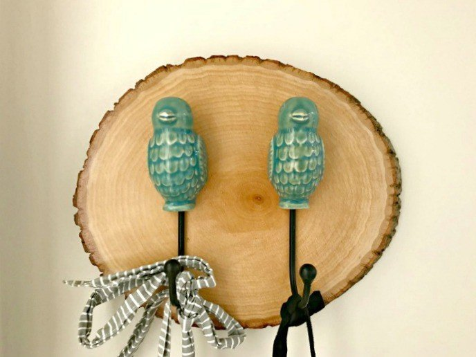 Add the wood slice trend to your decor with this simple wood slice idea. This is how to Make a Simple DIY Wood Slice Wall Hook. An easy wood slice decor idea. #woodslice #DIYWallHook #DIYWoodSlice #WoodSliceDecor