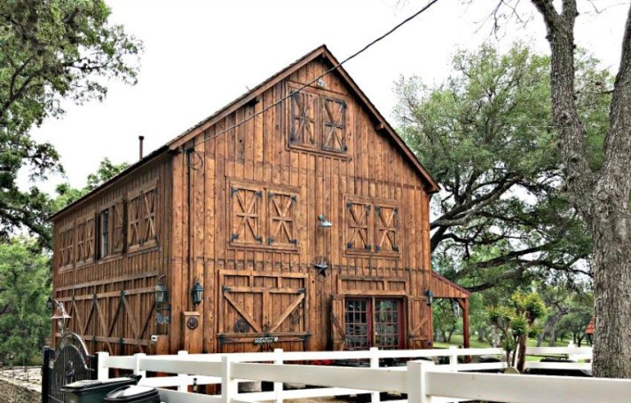 Beautiful wood barn style building in Round Top Texas. A few more Round Top Shopping Trip Tips and some photos from the Junk Gypsy Headquarters. A shopping trip to Round Top and Waco would make a perfect weekend, guys! #AbbottsAtHome #RoundTopTexas #JunkGypsy #GirlsWeekend