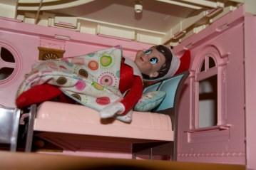 Samedi matin, elle fait la grasse mat dans ma maison de poupée
