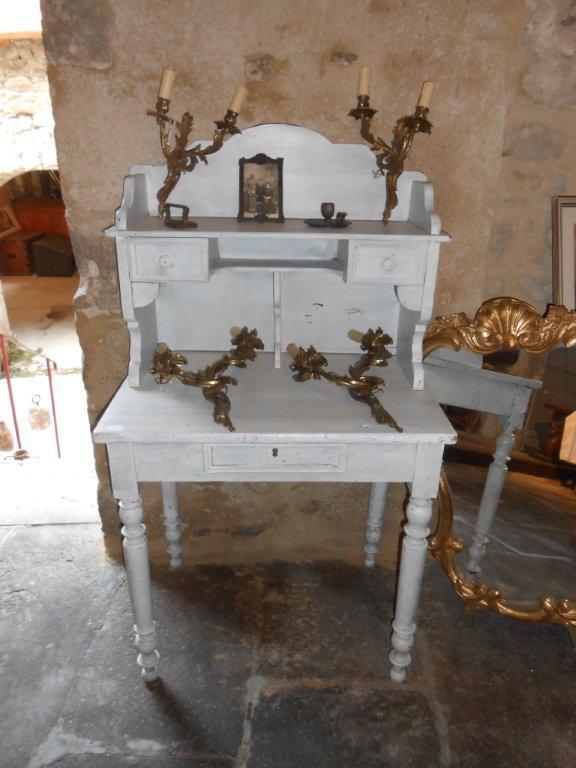 Petit meuble peint et appliques en laiton