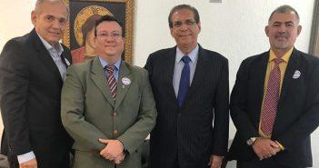 O consultor da ABC, Anacleto Urbano Pinheiro, e o Diretor da Cohab/PA, Lázaro Saldanha, reunidos com o senador Jader Barbalho para explicar a situação e pedir apoio para conseguir resolver estes entraves.